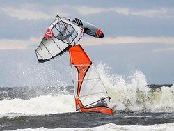 Salstein i liten kuling med fine bølger for hopp og surfing!