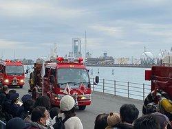 市内各地区の消防分団の行進
