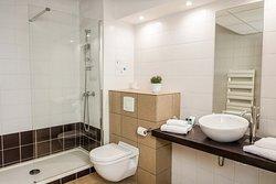 salle de bain avec douche semi-italienne