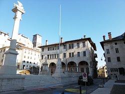 La colonna col leone di San Marco e il palazzo Gazzi