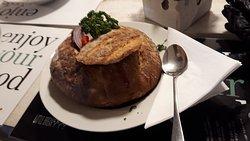Goulash, servido no pão.