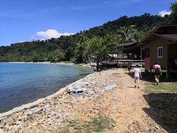 L'accès vers la plage en logeant les resorts