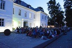 Open Air Kino auf dem Museumsvorplatz des Museum Art.Plus