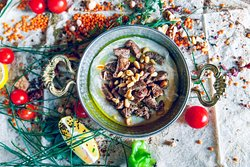 Hummus with veal & pinenuts