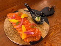 Salmone marinato agli agrumi, salsa dolceforte alle pere