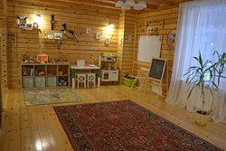 Детский игровой уголок в зоне отдыха гостевого дома
