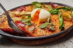 O arroz de cebolas TOSTADAS é uma da opções veggies do nosso cardápio. Mini-arroz com crosta caramelizada + ovo DEFUMADO por cima 💚 🔥 * * #vegetariano #cozinhacarioca #brasa #nabrasa #piposp