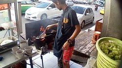 ร้านใช้เตาถ่านในการทำอาหาร ทำให้อาหารหอมกลิ่นไม้ ใช้เวลาปรุงพอสมควร ควรใจเย็นๆ แนะนำราดซอสพริกด้วยจะอร่อยมากยิ่งขึ้น