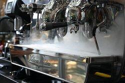 Podáváme výběrovou kávu Cafe Butique. Pochází z malých kafetérií Jižní Ameriky a Asie ve složení 80% Arabika a 20% Robusta.