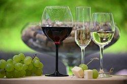 To pravé místo na skleničku červeného nebo bílého vína či prosecca.