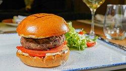 Burger με κιμά μόσχου, γαλοτύρι ψητό, μαρμελάδα ντομάτας και πιπεριά Φλωρίνης! Λαχταριστικό και ζουμερό! --*--*--*--*--*--*--*--*--*--*-- Beef burger, galotyri roasted, tomato jam and Florin pepper!