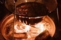 il nostro caldo e profumato Vin Brule che riscalda le serate invernali! Richiedilo per festeggiare!
