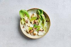Salade bloemkool met truffelmayonaise, amandel, Parmezaan en ponzu dressing