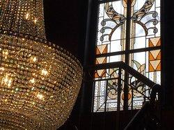 Sac de perles et vitraux remarquables qui viennent somptueusement garnir l'escalier art nouveau de Venti
