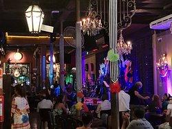 rio scenarium. un lugar excelente para escuchar Musica popular brasileira, tomar tragos y comidas tradicionales en un ambiente con decoracion muy original.