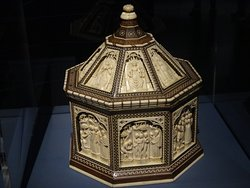 A beautiful wedding casket with the Judgment of Paris in ivory.. Made in Florence around 1400