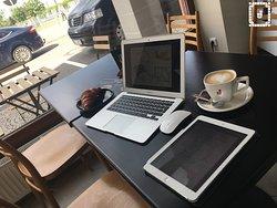 Working coffee. Rychlá WiFi a dostatek zásuvek pro nabíjení Vašeho mobilu i notebooku.