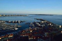 Канны. Вид на Старый порт с башни Сюке (Tour du Suquet)