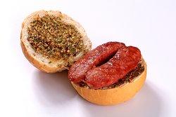 Choripán. Linguiça toscana grelhada com chimichurri no pão francês redondo.