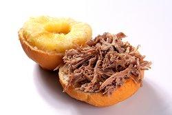 X-Costela Suíno. Costela suína desfiada ao bafo com abacaxi no pão francês redondo.
