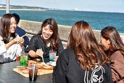 海の目の前で海鮮BBQ! 魚太郎鮮魚市場で購入頂いた魚貝類を 鮮度そのまま、豪華に焼いて食べれます。魚太郎浜焼きBBQは海鮮だけでなくお肉・ご飯もの・デザートなど80種以上を取り揃えています。予約なしOK、手ぶらでOK、雨でもOK!年中無休で冬でもあったか、海鮮バーベキューを楽しめます。知多半島観光、おでかけ、お買い物の際のランチは、魚太郎バーベキューで決まり!