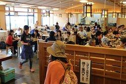 海鮮が気軽に食べれる、市場食堂。漁師町ならではの新鮮な魚貝を ゆっくりお召し上がりください。