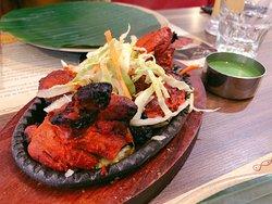 來到尖沙咀,印度料理享負盛名,港人最愛到重慶大廈尋幽探秘。不過除了重慶大廈,寶勒巷亦是另一個小印度,不太愛神秘感的食客大可來到這裡一嘗印度料理。這間餐廳環境明亮寛闊,菜單有中文對譯,服務態度好,最重要是食物口味適合港人。
