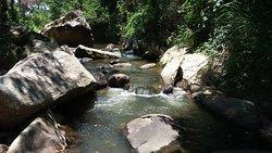 O rio Fagundes banha o Sanjão. Ao longo da propriedade, oferecemos um área de 320 metros de extensão para lazer na água.