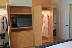 Suite bedroom - plentiful closet and drawer space