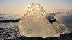 表面を細かくカットされたような氷塊