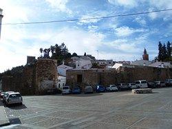 De izd a dch: torre Sangrienta (del Homenaje), ermita de Santiago y San Miguel Arcángel.