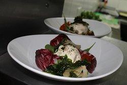 Burrata de búfala. Burrata con rúcula, vinagreta balsámica y chutney de tomates.