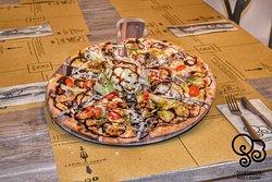 """""""Pizza Gourmet"""" con: fior di latte,salsiccia,pomodorini,pesto,mandorle, grana e glassa di balsamico"""