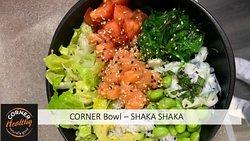 Notre Corner BOWL SHAKA SHAKA avec des Edaname, des WAKAME, du saumon mariné, des tomates et de la salade romaine