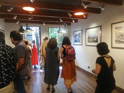 Inauguración Exposición de Acuarelas en el espacio cultural Taller Siglo XX Yolanda Hurtado,, en el Barrio Bellavista de Santiago de Chile. En la foto el poeta y gestor cultural chileno Leo Lobos.
