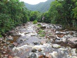 Rio com pedras