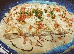 Canelons de pollastre pota blava i salsa de foie