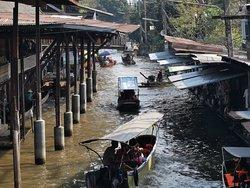 Damnoen Saduak Floating Market is good for photography