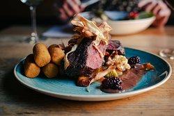 Hertenbiefstuk: van de grill - met bramenjus - geroosterde seizoensgroenten  en aardappelcroquetten