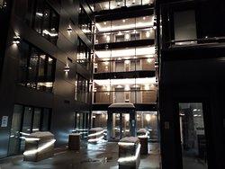 Espaço aberto, entre o prédio que ficam os quartos e a recepção.