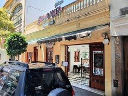 En la misma manzana del Mercado Municipal y en una vieja casona de San Telmo se encuentra el local