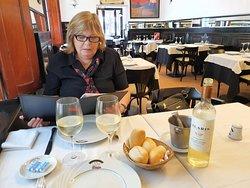 El servicio de mesa compuesto de cuatro pancitos para toda la comida y dos mantecas