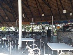 Comedor cerca de la playa, hay 2 más.