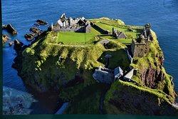 Le rovine del sopravvalutato Castello di Dunnottar a breve distanza da Stonehaven - Costa centrorientale della Scozia - Gran Bretagna.  Cliccare sulla foto per vederla come scattata.