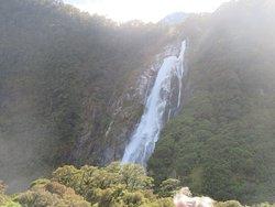 Een grote waterval van ruim 150 m hoogte.