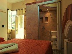 Habitación (2) muy tranquila confortable iluminada y ventilada con acceso a la terraza