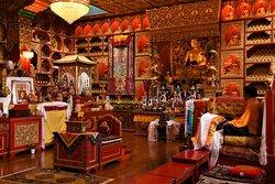 Interno del Tempio Tibetano nel Monastero buddhista di Kagyu Samye Ling - Scozia meridionale - Gran Bretagna.  Cliccare sulla foto per vederla come scattata.