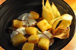 Entrada do nosso Cardápio de Verão  Nhoque de mandioquinha frito por imersão, ossobuco cozido no vinho tinto e tomates, coalhada fresca e chips.