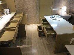 Стенка и Письменный стол (Courtyard King Suite)