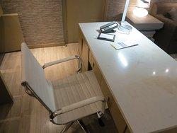 Стул и Письменный стол (Courtyard King Suite)
